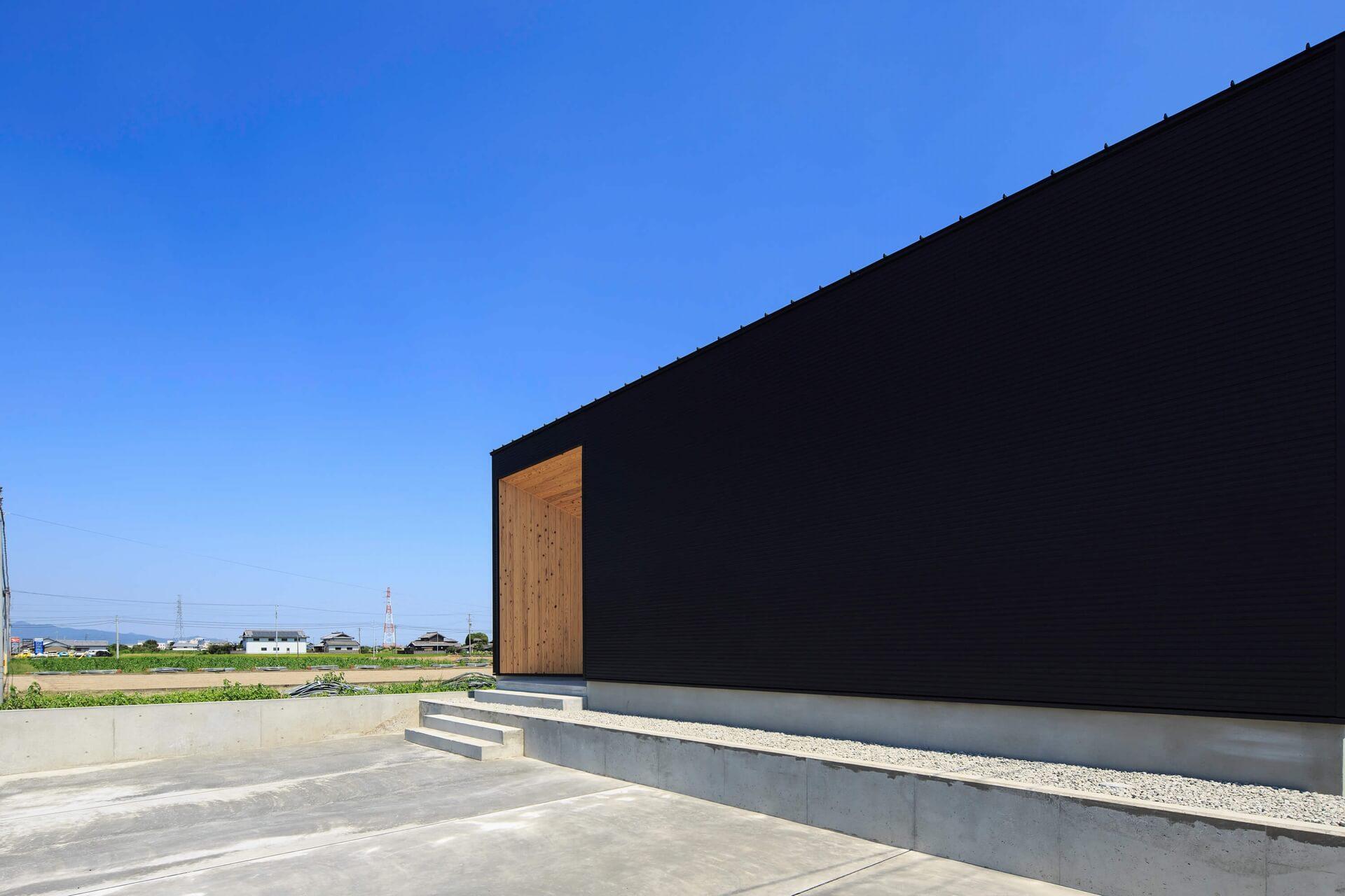 スライドショー用の黒い外観の家